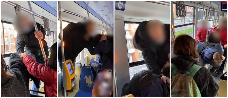 26-latek, który pobił kontrolera biletów w jednym z tramwajów w Krakowie, usłyszy zarzuty o charakterze chuligańskim. Do bójki doszło przedwczoraj. Agresywny mężczyzna rzucił się na parę kontrolerów, gdy okazało się, że nie ma ważnego biletu.