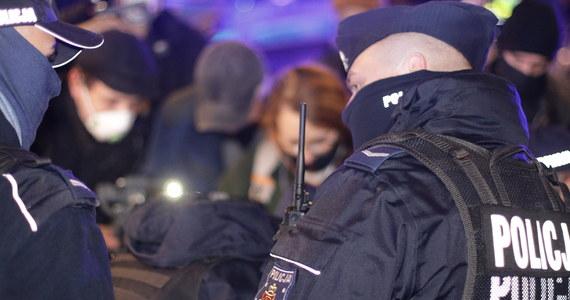 Niespokojnie było na proteście przeciw ministrowi edukacji i nauki Przemysławowi Czarnkowi w Warszawie: policja siłą usunęła z jezdni kilkoro demonstrantów blokujących al. Szucha. Protestujący domagali się dymisji Przemysława Czarnka.