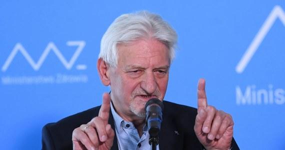 """""""Jeżeli liczba nowo zdiagnozowanych zacznie przekraczać 30 tys., zdecydowanie tak"""" - stwierdził w rozmowie z """"Rzeczpospolitą"""" prof. Andrzej Horban pytany o to, czy konieczne będzie wprowadzenie w Polsce lockdownu. """"Musimy zakazać ludziom wychodzenia z domu bez powodu, jedynie do pracy w zawodach, które są niezbędne do funkcjonowania kraju. Wszystko inne należy zamknąć na miesiąc"""" - tłumaczył główny doradca premiera ds. Covid-19. Jak ocenił, już teraz powinny zostać zamknięte kościoły."""