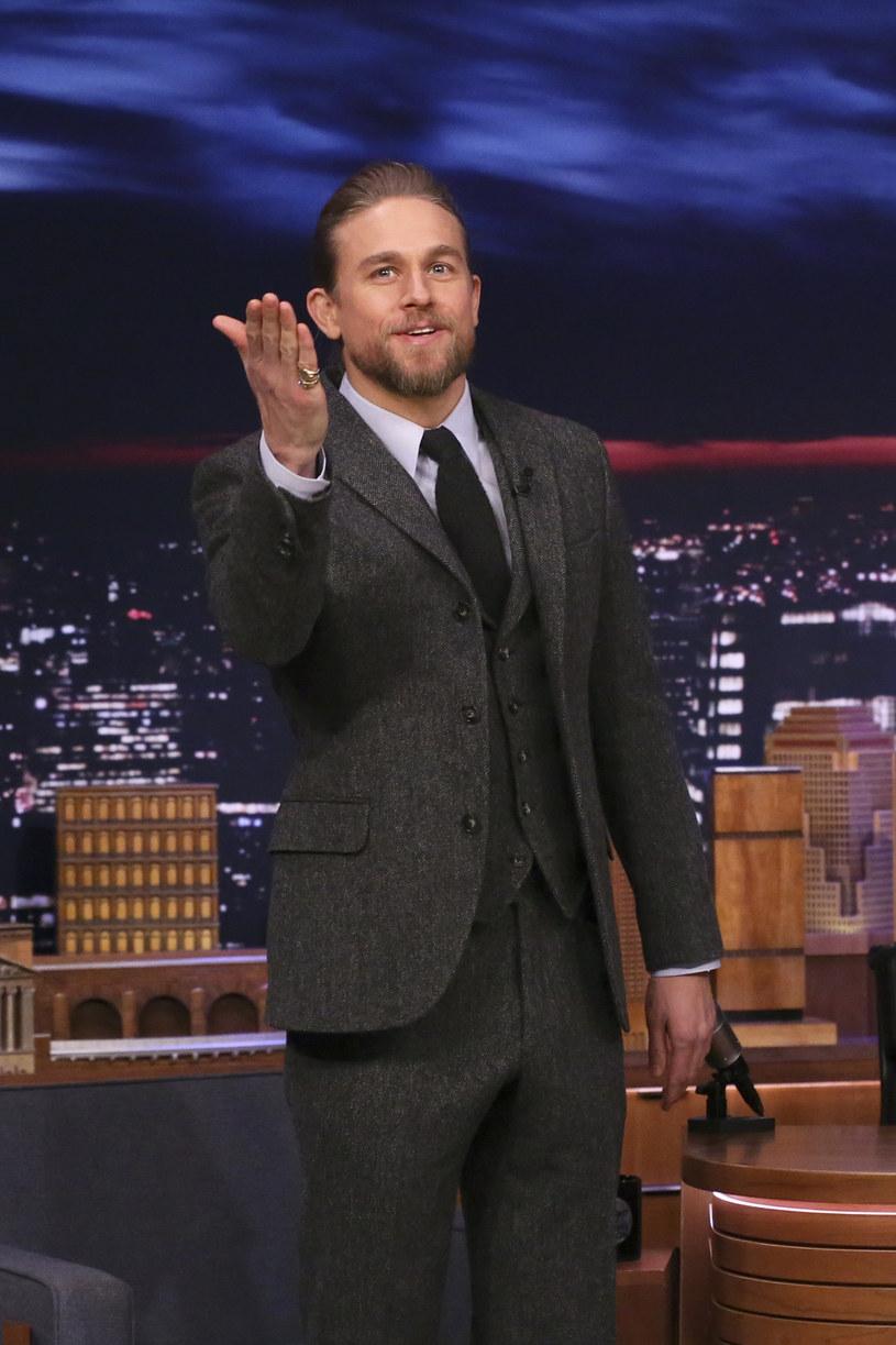 """Charlie Hunnam, brytyjski aktor znany z serialu """"Synowie Anarchii"""" oraz filmów """"Dżentelmeni"""" i """"Hooligans"""", wyznał w talk-show Jimmiego Kimmela, że chorował na koronawirusa na początku roku. Mało tego, podejrzewa, że znów mógł zakazić się COVID-19."""