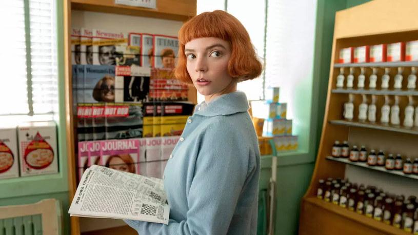 """Miłośników mody urzekł styl bohaterki serialu """"Emily w Paryżu"""". Netflix tymczasem wskazuje kolejną ikonę stylu i fryzury, która już niedługo może nadawać ton ulicznej modzie. Mowa o Beth Harmon, bohaterce serialu """"Gambit królowej"""". Jej mikrogrzywka już przykuła uwagę redaktorów """"Vogue'a""""."""