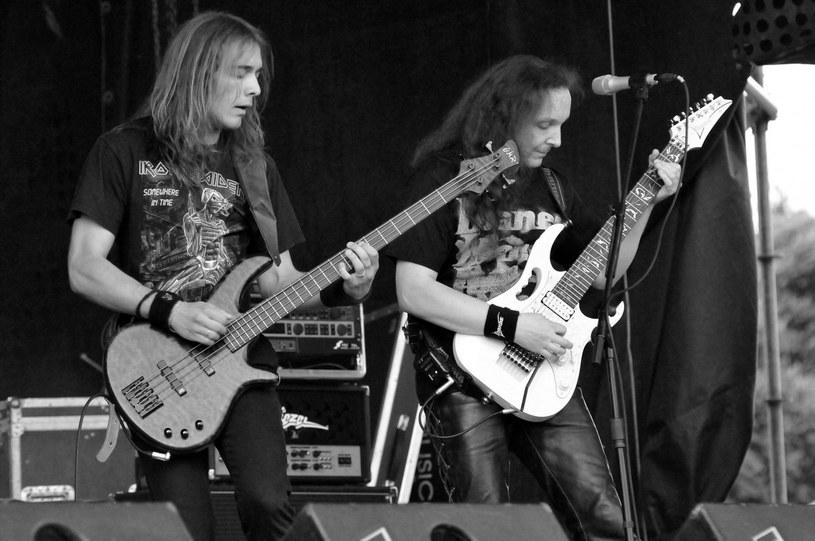 Czołowe gwiazdy polskiego rocka w mediach społecznościowych żegnają zmarłego w wieku 53 lat Jacka Polaka. Gitarzysta, wokalista i lider zespołu Mr. Pollack był zakażony koronawirusem.