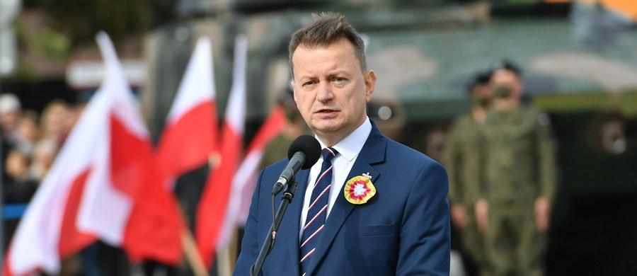 """""""Ewidentnym złamaniem przepisów"""", a w konsekwencji """"zagrożeniem dla życia i zdrowia"""" nazwał minister obrony narodowej Mariusz Błaszczak protesty, które odbywały się w Warszawie po wyroku Trybunału Konstytucyjnego ws. aborcji. W rozmowie z Polsat News przypomniał, że legalne zgromadzenia nie mogą liczyć więcej niż 5 osób."""