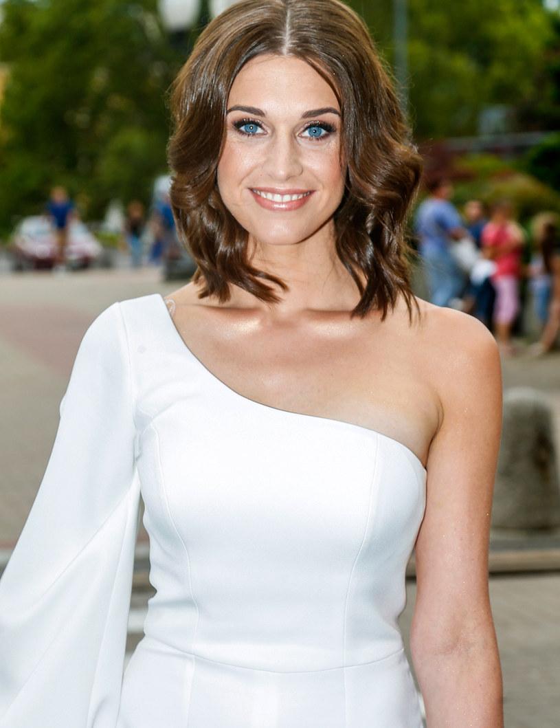 """Po ponad 10 latach serial """"BrzydUla"""" wrócił na antenę TVN. Julia Kamińska, tytułowa BrzydUla, nie tylko gra jedną z głównych ról, ale jest także współscenarzystką tej produkcji. Co mówi o pracy na planie?"""