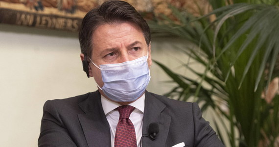 """Premier Włoch Giuseppe Conte zapewnił, że rząd pracuje nad tym, by uniknąć narodowego lockdownu. W wywiadzie dla dziennika """"La Stampa"""" podkreślił, że jego gabinet ma strategię walki z koronawirusem i dodał, że nie będzie ingerencji w prywatne życie obywateli."""
