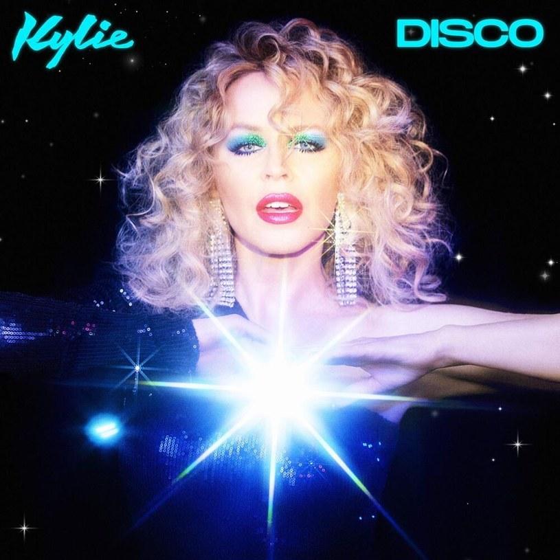 """Kylie wraca na parkiety w glorii i chwale - nawet jeżeli z uwagi na pandemię są to parkiety drewniane w naszych domach. No, nieważne: ważne, że """"Disco"""" zachęca do tańca i pozwala na chwilę odpoczynku od zmartwień."""