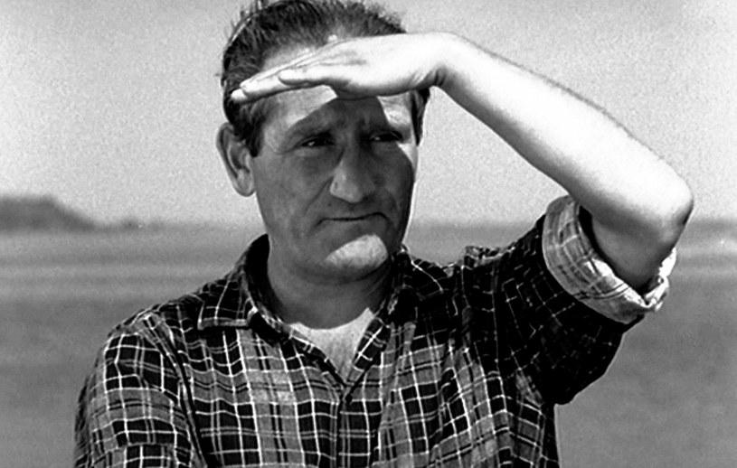 """11 listopada 2020 roku mijają 32 lata od śmierci Jana Himilsbacha. Jeden z najbardziej charakterystycznych polskich aktorów znany był z niepowtarzalnych kreacji w filmach """"Rejs"""", """"Wniebowzięci"""", """"Brunet wieczorową porą"""", """"Trzeba zabić tę miłość"""" oraz """"Przepraszam, czy tu biją?""""."""