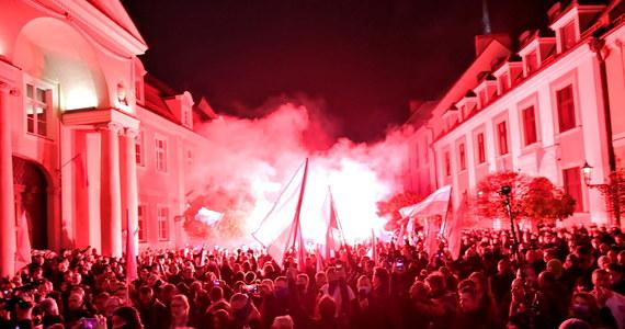 Kilkaset osób wzięło udział w Marszu Niepodległości we Wrocławiu. Policja poinformowała, że funkcjonariusze podjęli działania wobec 11 osób w związku z posiadaniem niebezpiecznych narzędzi m.in. szabli, noży i rac.