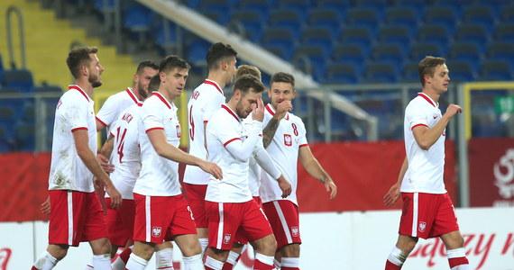 2:0 wygrała reprezentacja Polski w piłce nożnej w meczu towarzyskim z Ukrainą. Bramki zdobyli Krzysztof Piątek i Jakub Moder. Na początku spotkania rzutu karnego dla gości nie wykorzystał Andrij Jarmołenko.