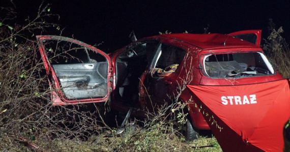 Tragiczny wypadek w Opatkowicach Kolonii w powiecie puławskim na Lubelszczyźnie. Nie żyją trzy młode osoby. Jedną z nich jest 15-latka. W środę w nocy ich samochód wpadł do wody.