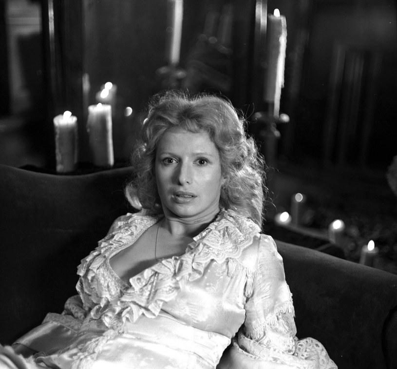 """Widzowie zapamiętali ją jako jedną z najbardziej ponętnych aktorek polskiego kina. W latach 80. i 90. XX wieku jej specjalnością były role kobiet silnych, ale też obdarzonych niezwykłym seksapilem. Tylko przypadek sprawił, że nie wcieliła się w główną bohaterkę głośnej produkcji Krzysztofa Kieślowskiego """"Krótki film o miłości"""". Obchodząca 70. urodziny Marzena Trybała ma na swym koncie role w ponad stu filmach, serialach, produkcjach telewizyjnych i spektaklach teatralnych."""