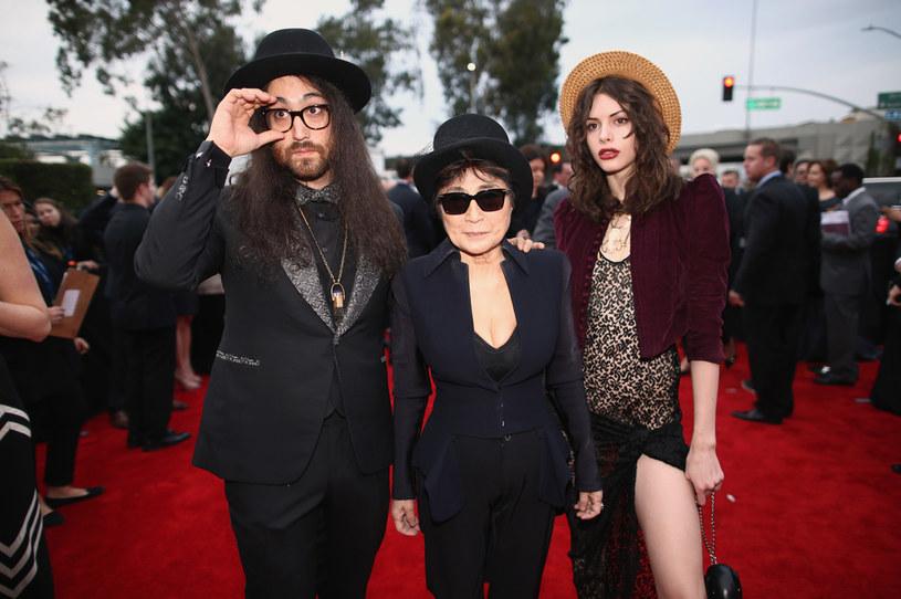 Yoko Ono od ponad roku nie występuje publicznie. Ma 87 lat i porusza się na wózku inwalidzkim. Właśnie przekazała rodzinny biznes 45-letniemu synowi, Seanowi Ono Lennonowi. Ma on zarządzać ośmioma firmami, w tym Apple Corps, która sprzedaje prawa do wizerunku Beatlesów. Czy to oznacza, że Yoko Ono przestaje czuwać nad majątkiem męża?