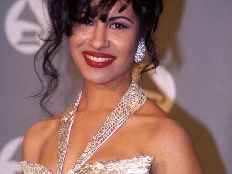"""Szykuje się nowy proces giganta streamingowego. Netflix oraz rodzina latynoskiej gwiazdy Seleny Quintanilli zostali pozwani przez Moctesumę Esparzę, producenta filmu """"Selena"""" z 1997 roku. Uważa on, że jest właścicielem praw do historii tragicznie zmarłej piosenkarki i domaga się miliona dolarów odszkodowania."""