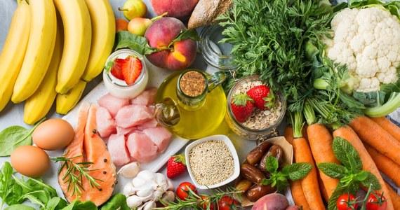 Dieta naszych przodków nazywana jest paleolityczną lub w skrócie dietą paleo. Podstawowym źródłem ich pożywienia były ryby, skorupiaki, mięso dzikich zwierząt, jajka, a także owoce, warzywa korzeniowe i liściaste oraz orzechy. To, co charakteryzuje tę dietę to brak produktów zbożowych, mleka i przetworów mlecznych, a także cukru i alkoholu. Czy w takim razie dieta tego typu jest dietą idealną? Czy może lepsze są te diety, które opracowano później? Dlaczego w życiu człowieka dieta odgrywa tak ważną rolę i jaka jest ta idealna?