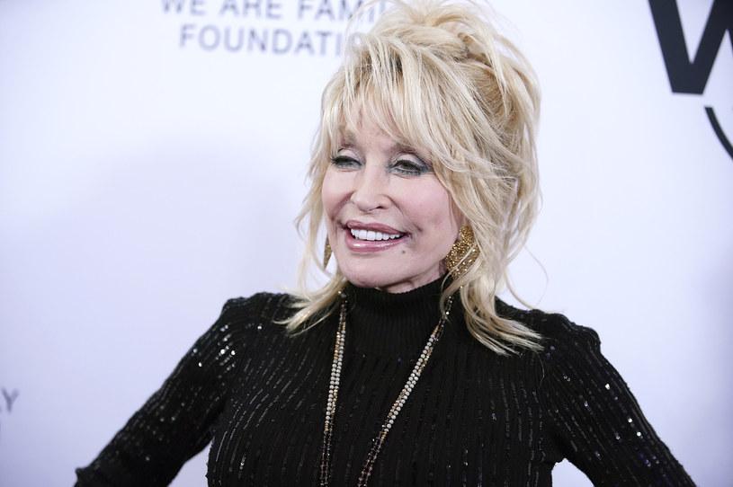 """Słynna piosenkarka muzyki country i żywy symbol poprawiania urody za pomocą skalpela w rozmowie z Oprah Winfrey przyznała, że nie przeszkadza jej wizja prezentowania się niczym """"postać z kreskówki""""."""