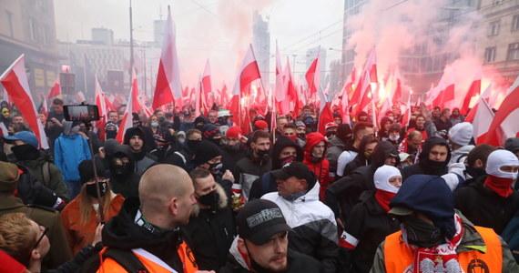Sąd zdecydował o tymczasowym aresztowaniu mężczyzny zatrzymanego pod zarzutem czynnej napaści na policjantów podczas Marszu Niepodległości - poinformowała Komenda Stołeczna Policji. Sprawca miał podczas wydarzenia, które odbyło się 11 listopada w stolicy, rzucać kostką brukową w funkcjonariuszy policji.