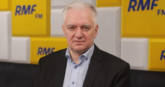 """""""Nie jest wcale dobrze, ponad 20 tys. zakażeń dziennie, setki zmarłych to są dane dramatyczne. Natomiast liczę na to, że krzywa wzrostu wypłaszczy się w sposób trwały i wtedy, jeśli chodzi o sklepy, mam nadzieję, że grudzień – czyli ten miesiąc kluczowy z punktu widzenia obrotu w handlu – będzie już miesiącem ze sklepami otwartymi"""" – mówił o pandemii w Polsce Gość Krzysztofa Ziemca w RMF FM, Jarosław Gowin."""