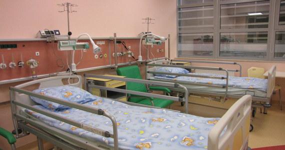 11-latka, która wczoraj trafiła do szpitala po upadku z budynku w Sosnowcu, jest w stanie stabilnym – przekazała policja. Jej 13-letnia koleżanka zmarła wczoraj w szpitalu. Dziewczynki spadły z wysokości drugiego piętra.