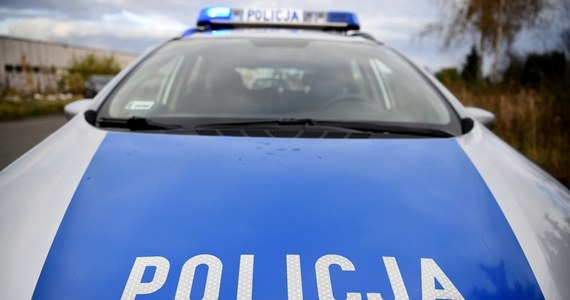 W jednym z mieszkań w Głogówku znaleziono zwłoki 63 letniego mężczyzny. Jak poinformował Przemysław Kędzior z biura prasowego KW Policji w Opolu, na miejscu pracuje ekipa śledcza. Zatrzymano 63-latka, który zostanie przesłuchany, jednak dopiero jak wytrzeźwieje.
