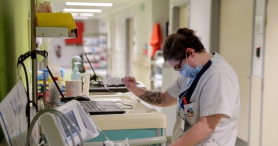 Ministerstwo Zdrowia poinformowało o 21 854 nowych przypadkach zakażenia koronawirusem. Zmarły kolejne 303 osoby chore na Covid-19. W ciągu doby wykonano ponad 46,6 tys. testów - najmniej od poniedziałku. Bilans epidemii w Polsce to 712 972 zakażonych. Nie żyje 10 348 spośród nich.