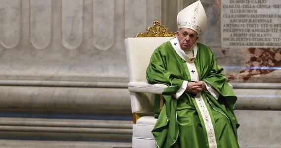 """W obecnych czasach niepewności nie dajmy się """"zarazić obojętnością"""" - apelował papież w czasie mszy w Światowy Dzień Ubogich. Mówił, że smutne jest, gdy chrześcijanin """"gra na obronie"""", przestrzegając tylko zasad i przykazań."""