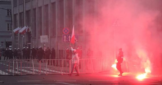 """Tegoroczny Marsz Niepodległości był dla mnie bardzo smutnym obrazkiem. 11 listopada powinien być świętem, które łączy wszystkich Polaków - podkreślił prezydencki minister Andrzej Dera. Jego zdaniem, organizatorzy Marszu Niepodległości """"nie stanęli na wysokości zadania""""."""