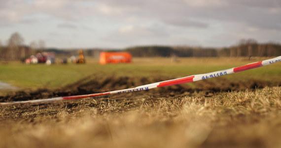 Ciało 49-letniego mężczyzny z licznymi ranami wyłowiono w nocy z Bzury w Nakielnicy w powiecie zgierskim - dowiedzieli się dziennikarze RMF FM. Dwie osoby zostały zatrzymane.
