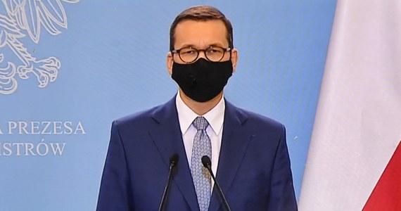 """To, co dzieje się w Polsce, mocno mnie osobiście boli. Opozycja nie potrafi zrozumieć, że strategia """"im gorzej, tym lepiej"""" uderza w podstawę funkcjonowania państwa - podkreślił w niedzielę premier Mateusz Morawiecki podczas VI Nadzwyczajnego Zjazdu Online Klubów """"Gazety Polskiej"""". Szef rządu dodał, że nie spodziewał się tak poważnej drugiej fali epidemii."""