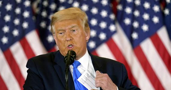 """""""Joe Biden wygrał wybory prezydenckie, gdyż zostały one sfałszowane"""" - oświadczył prezydent USA Donald Trump. Jak zauważył Reuters, to pierwszy raz, gdy gospodarz Białego Domu publicznie przyznał, że w głosowaniu zwyciężył 78-letni kandydat Demokratów. Trump zaprzeczył natomiast, że cokolwiek przyznał."""