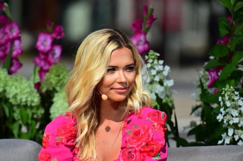 Sandra Kubicka znów zachwyca! Piękna modelka kolejny raz opublikowała w mediach społecznościowych słoneczne kadry, na których eksponuje swoje smukłe ciało.