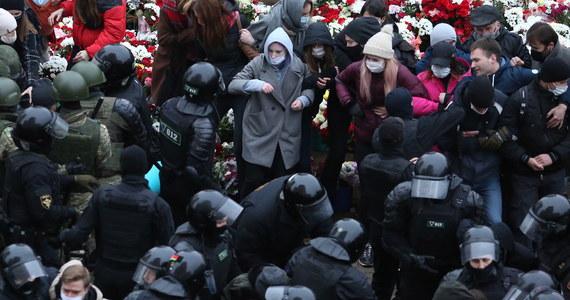 """Ponad 1 100 ludzi zatrzymały służby reżimu Alaksandra Łukaszenki podczas niedzielnych akcji protestacyjnych na Białorusi - poinformowało w nocy, aktualizując listę zatrzymanych, Centrum Praw Człowieka Wiasna. Protesty odbywały się pod hasłem """"Wychodzę"""": to odniesienie do ostatnich słów, jakie napisał na czacie Raman Bandarenka, 31-latek pobity w Mińsku na śmierć przez zamaskowanych mężczyzn."""