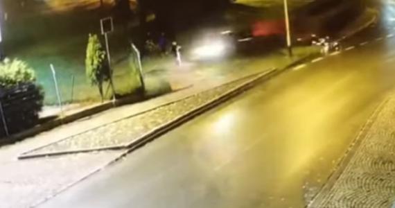 Policja w Tarnowskich Górach zatrzymała trzy osoby w związku z sobotnim wypadkiem w Kaletach. Doszło tam do potrącenia pieszego. Kierowca i pasażerowie samochodu - uciekli.