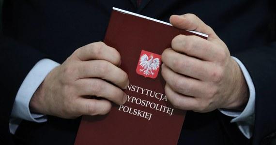 Gdyby jakiś rząd zablokował działania wybranego w wyborach powszechnych prezydenta, decyzje Sejmu, Senatu i wykonanie wyroku sądu konstytucyjnego, to w większości krajów byłoby to uznane za zamach stanu. Polska, gdzie taka sytuacja trwa od kilku tygodni, jest jednak z nieznanych powodów wyjątkiem.