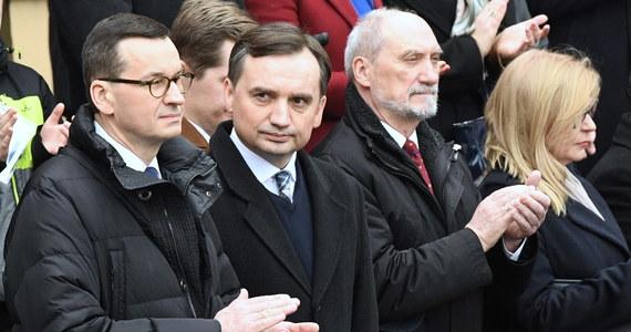 """Zbigniew Ziobro wzywa Mateusza Morawieckiego do zawetowania unijnego budżetu. Minister sprawiedliwości wysłał do szefa rządu list, w którym domaga się zablokowania mechanizmu """"pieniądze za praworządność"""", wiążącego unijne fundusze z przestrzeganiem zasad państwa prawa."""