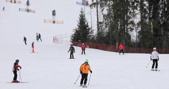 Jeżeli liczba zakażeń koronawirusem nie spadnie poniżej 10 tysięcy przypadków dziennie, to rząd może zablokować start sezonu narciarskiego w Polsce – ustalili dziennikarze RMF FM.