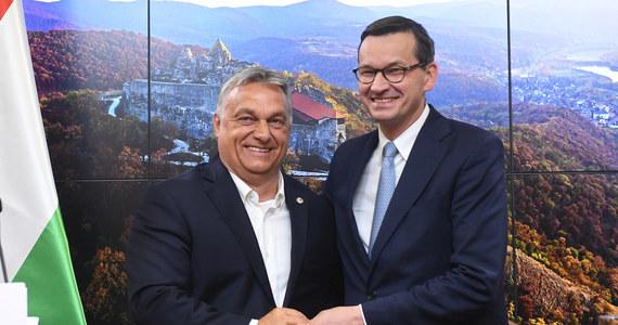 """""""To będzie wielki kryzys w Unii Europejskiej"""" - tak wysokiej rangi unijny dyplomata nieoficjalnie komentuje w rozmowie z RMF FM możliwość zawetowania przez Polskę i Węgry nowego budżetu UE i - wraz z nim - funduszu odbudowy, który ma pomóc unijnym gospodarkom w pokonaniu kryzysu spowodowanego przez pandemię koronawirusa. Wetem zagrozili i Mateusz Morawiecki, i Viktor Orban: Warszawa i Budapeszt nie zgadzają się bowiem na mechanizm """"pieniądze za praworządność""""."""