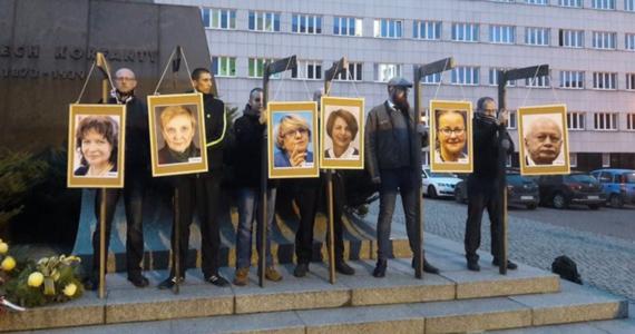 """Katowicka prokuratura umorzyła śledztwo w sprawie zorganizowanej trzy lata temu w Katowicach manifestacji, której uczestnicy powiesili zdjęcia europosłów na symbolicznych szubienicach. Decyzję podjęto z uwagi na """"brak znamion czynu zabronionego""""."""