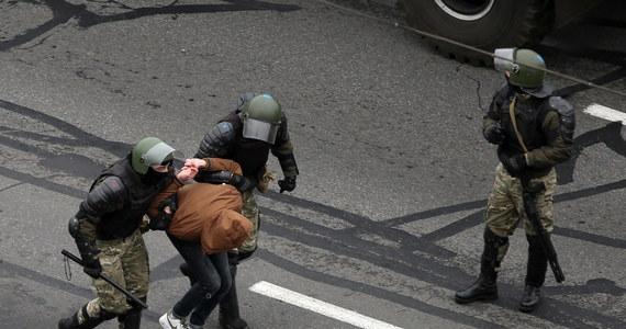 Ponad 700 osób, które zostały zatrzymane w czasie niedzielnych akcji protestu na Białorusi, trafiło do aresztów - przekazała w poniedziałek rzeczniczka MSW w Mińsku Wolha Czemadanawa. Wszyscy byli zatrzymani w związku ze złamaniem przepisów o masowych zgromadzeniach.