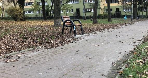 Jednoosobowe ławki przyciągają coraz więcej zainteresowanych w Warszawie. Chodzi o nietypowe, bo pojedyncze siedziska, które mieszkańcy docenili w ostatnich tygodniach pandemii koronawirusa.