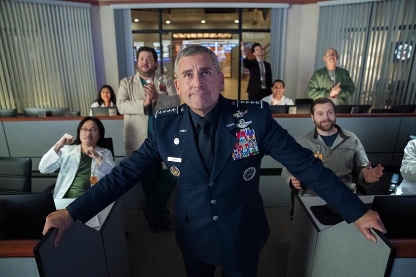 """Netflix nie przejął się słabymi recenzjami """"Sił Kosmicznych"""" ze Steve'm Carellem w roli głównej i podjęły decyzję o nakręceniu kolejnego sezonu. Serial opowiadający o wysoko postawionym wojskowym, który otrzymuje zadanie dowodzenia nową, szóstą formacją armii USA, zyskał też nowego showrunnera. Będzie nim Norm Hiscock."""
