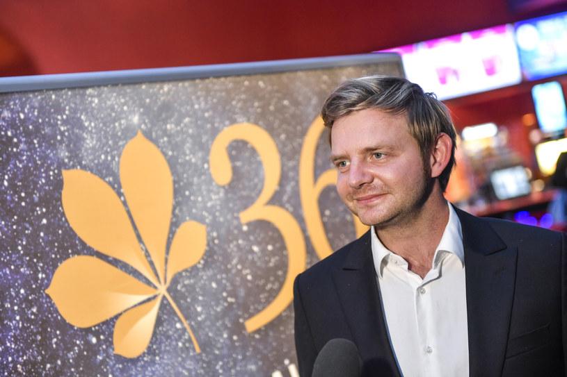 """Najpierw polskie gwiazdy zazdrościły mu tego, że dostał rolę w filmie Quentina Tarantino """"Pewnego razu w... Hollywood"""". Teraz wielu polskich aktorów sporo oddałyby za to, by - tak jak Rafał Zawierucha - móc pracować, a jednocześnie wypoczywać. Popularny aktor jest bowiem na Zanzibarze i w jednym z tamtejszych hoteli prowadzi m.in. warsztaty aktorskie."""