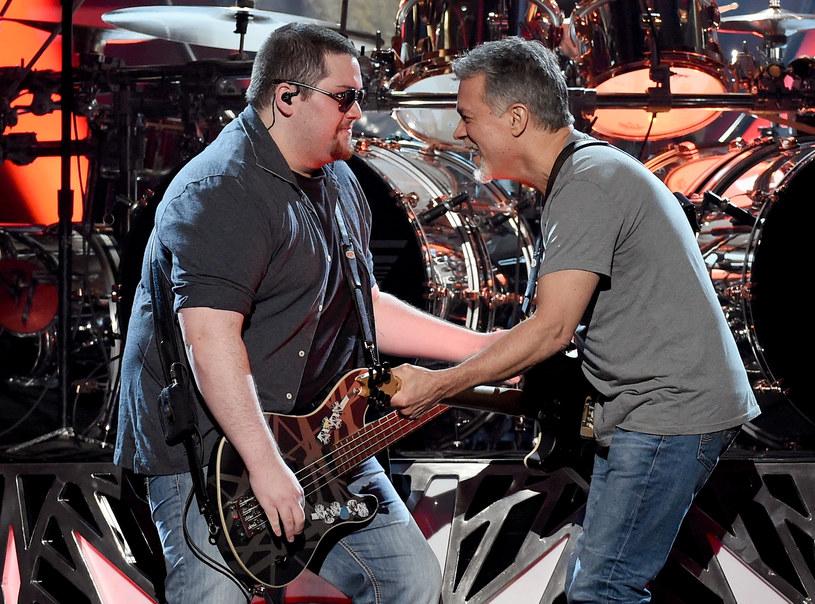 """""""Jestem z ciebie dumny. Kocham cię"""" - mówi w ostatnich sekundach klipu """"Distance"""" Eddie Van Halen do swojego syna Wolfganga. Teledysk zawierający ich prywatne ujęcia ma już blisko milion odsłon."""