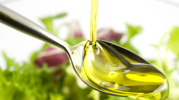 Olej rzepakowy – kojarzony głównie z kuchnią, zastosowanie znajdzie również w innych dziedzinach. Okazuje się, że to jeden z najzdrowszych tłuszczów roślinnych. Nadaje się więc nie tylko do smażenia, ale i do sałatek - z powodzeniem zastąpi oliwę z oliwek, czy do pielęgnacji skóry oraz włosów.