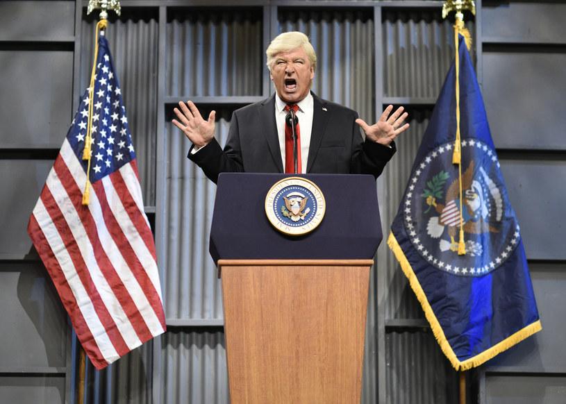 """Amerykański gwiazdor, który od lat naigrywa się z byłego już prezydenta USA, powtórzył swój uhonorowany nagrodą Emmy występ z programu """"Saturday Night Live"""". Tym razem Alec Baldwin - w imieniu Trumpa - wygłosił przemówienie skierowane do nowego prezydenta - Joe Bidena."""
