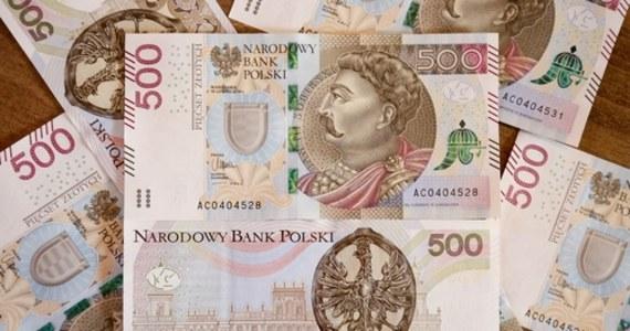 Jagiełło i Zygmunt Stary nie przypuszczali, że będą mieć kiedyś dwa miliardy portretów z profilu i to na papierowych pieniądzach. NBP gwałtownie zwiększa liczbę pieniędzy na rynku. Codziennie przybywa w Polsce półtora miliona banknotów. Z nowego raportu o strukturze obiegu pieniędzy wynika, że od początku roku przybyło niemal pół miliarda banknotów.