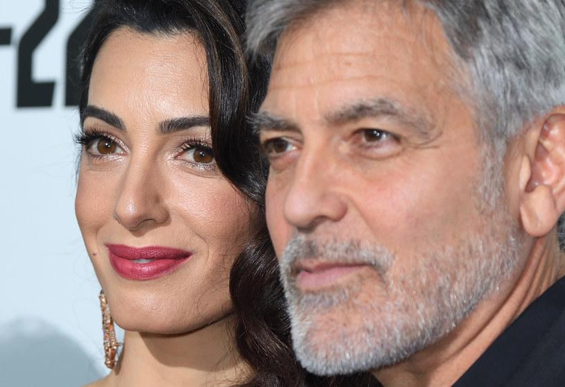"""George Clooney został właśnie okrzyknięty przez magazyn """"GQ"""" Człowiekiem Roku. W okładkowym wywiadzie aktor wyjawił, że pod wpływem żony całkowicie zmienił swoje priorytety. """"Sądziłem, że nigdy się nie ożenię, nigdy nie będę miał dzieci. Nie dostrzegałem, jak puste było moje życie, dopóki nie spotkałem Amal"""" - wyznał hollywoodzki gwiazdor."""