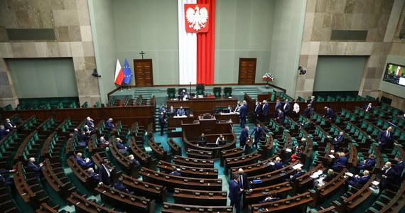 Nasz parlament już dawno przestał spełniać minimalne warunki uznania go za racjonalnego ustawodawcę. Tryb pracy nad ustawami wręcz urąga elementarnym zasadom legislacji, a często też logiki. Sejm jest działającym kompulsywnie chaosem i należy podziwiać państwo, które wciąż go znosi.