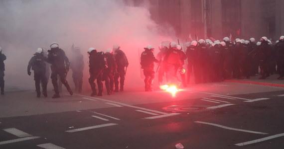"""Prokuratura Okręgowa w Warszawie wszczęła śledztwo w sprawie przekroczenia uprawnień przez funkcjonariuszy policji, którzy podczas zabezpieczania Marszu Niepodległości użyli broni gładkolufowej. Postrzelone zostały dwie osoby, w tym fotoreporter """"Tygodnika Solidarność""""."""