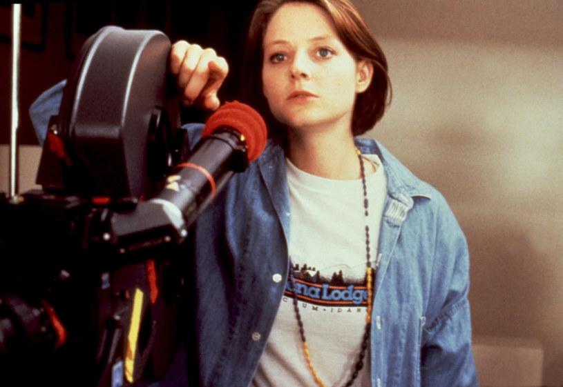 Jodie Foster miała zaledwie 3 lata, gdy pierwszy raz stanęła przed kamerą. I pomimo różnych zawirowań w jej życiu zawodowym i osobistym, wciąż jest jedną z najsłynniejszych hollywoodzkich gwiazd. I to niezależnie od tego, czy staje przed, czy za kamerą.
