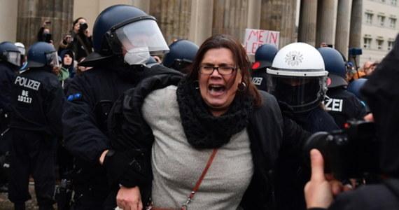 Berlińska policja użyła armatek wodnych i gazu pieprzowego do rozpędzenia demonstrantów, nazywanych mianem koronasceptycy. Wcześniej rozwiązała wiec protestacyjny przeciwko nowej ustawie o ochronie przed infekcjami za masowe łamanie przepisów koronawirusowych, m.in. brak maseczek.